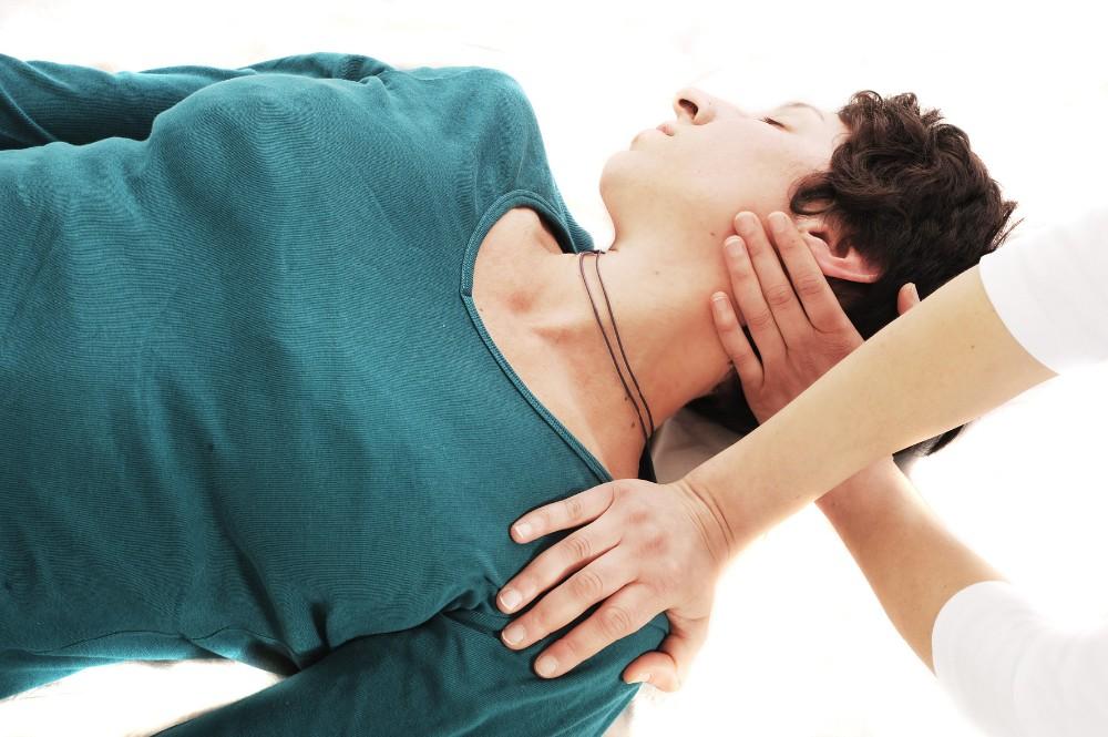 Shiatsu Berlin Nackendehnung by Birgit Strauch Shiatsu Massage ThetaHealing