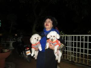 Ajarn Sinchais Frau mit den beiden Hunden